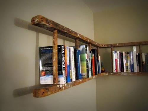 полка для книг из лестницы